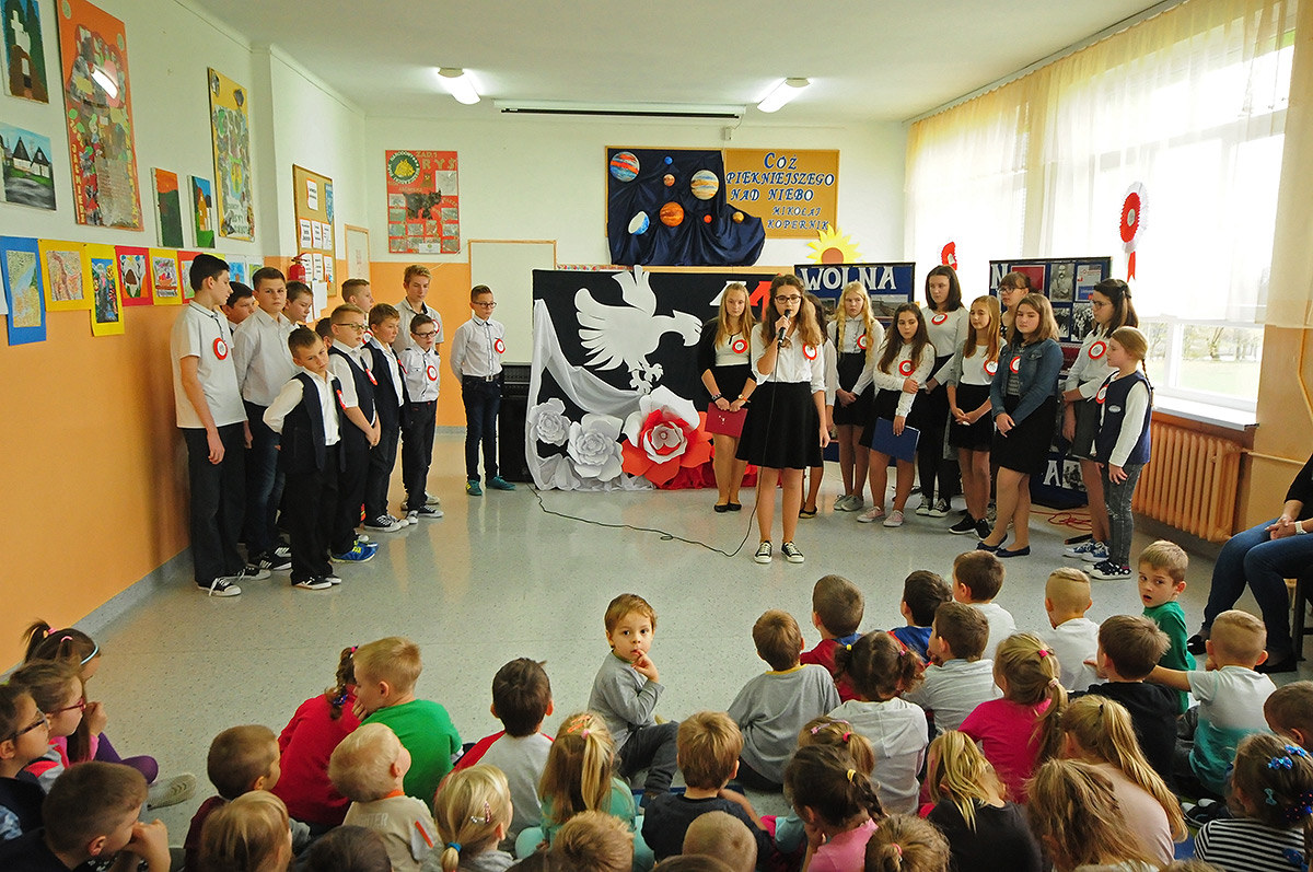 4bb64d3cf9 W piątek odbyła się akademia z okazji Dnia Niepodległości. Akademię  przygotowała klasa VI i VII pod okiem p. Urszuli Stączek